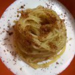 Spaghetti aglio olio e peperoncino su crema di burrata